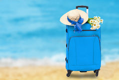 Reisetasche mit einem Strohhut Stockfotografie