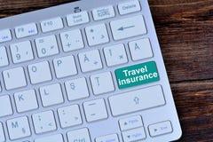 Reiseversicherung auf Tastaturknopf Stockfotografie