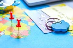 Reisevorbereitung und -anmeldung mit Kreditkarten auf Karte stockbilder