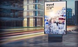 Reisewerbungsanschlagtafel in der Stadtnacht stockbilder