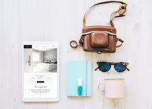 Reisewesensmerkmale und Hotelwebsite auf Tablette lizenzfreie stockfotos