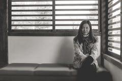 Reisewinter-Ferienkonzept: Porträt-Asiatinreisendgefühl genießen und Glück mit Feiertagsreise lizenzfreies stockbild