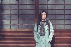 Reisewinter-Ferienkonzept: Porträt-Asiatinreisendgefühl genießen und Glück mit Feiertagsreise stockfotos