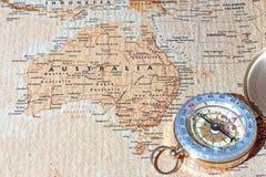Reiseziel Australien, alte Karte mit Weinlesekompaß Stockfotografie