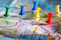 Reisezielstift zeigt auf eine Karte mit bunten Reißzwecken stockfotografie