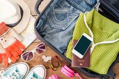 Reisezubehör, Kleidung Geldbörse, Gläser, Telefonkopfhörer, beschuht Hut, vorbereitet für Reise lizenzfreie stockbilder