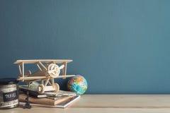 Reisezubehör und -einzelteile auf Holztisch stockbilder