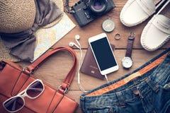 Reisezubehörkostüme für Frauen Pässe, Gepäck, das c Stockfoto