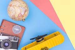 Reisezubeh?rgegenstand auf blauem gelbem rosa Kopienraum lizenzfreie stockfotografie