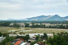 Reisfelder von einer hohen Winkelsicht mit Bergen im Hintergrund in Phong Nha KE schlagen Nationalpark, Vietnam Lizenzfreie Stockfotografie