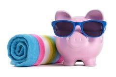 Reisgeld planning, het concept van pensioneringsbesparingen, Spaarvarken op strandvakantie Stock Foto