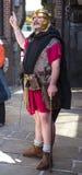Reisgids als Roman Soldier in Chester de stad van de provincie van Cheshire in Engeland stock fotografie