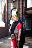 Reisgids als Roman Soldier in Chester de stad van de provincie van Cheshire in Engeland stock foto