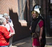 Reisgids als Roman Soldier in Chester de stad van de provincie van Cheshire in Engeland stock afbeeldingen