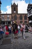 Reisgids als Roman Soldier in Chester de stad van de provincie van Cheshire in Engeland stock afbeelding