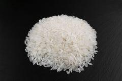 Reiskörner auf einem schwarzen Hintergrund Stockbilder