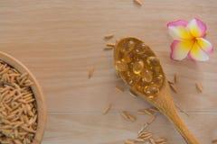 Reiskleie-Ölkapseln und Paddy natürliche Ergänzung stockbild