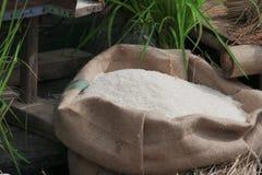 Reiskornweiß im Leinwandsack lizenzfreies stockfoto
