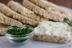 Reiskuchen, -käse und -schnittlauche Stockfotos