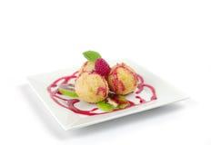 Reiskugeln mit Erdbeerefüllung Stockfotos