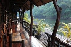 Reislandschap Zonnig dorp op rivier Stock Afbeelding