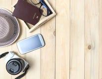 Reismaterialen op de houten ruimte van het lijstexemplaar stock fotografie