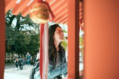 Reismeisje die het vreedzame gunst bidden glimlachen royalty-vrije stock fotografie