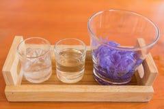 Reisnudel im Glas, gemacht vom Reis addieren Indigofarbe Stockfotos
