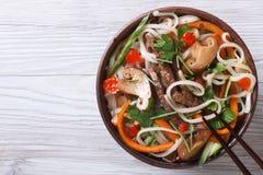 Reisnudeln mit Fleisch, Gemüse und Draufsicht des Shiitake Stockbild