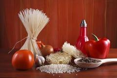 Reisnudeln, Reis und Gemüse Stockfotografie