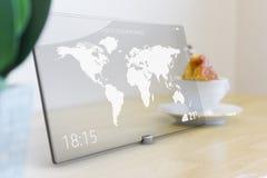Reispictogram op tablet met het scherm van de glasaanraking Stock Fotografie
