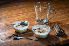 Reispudding für zwei auf einem Holztisch Stockbild