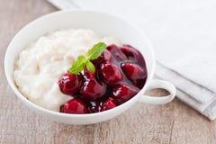 Reispudding mit heißen Kirschen Lizenzfreie Stockfotos