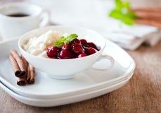 Reispudding mit heißen Kirschen Stockfoto