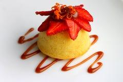 Reispudding mit Karamell und Erdbeere. Lizenzfreies Stockfoto
