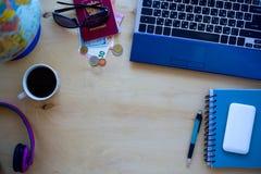 Reispunten, paspoort, koffie, PC, bol, appel, geld op woode Royalty-vrije Stock Foto