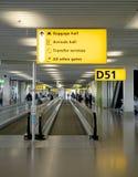 Reisrichtingen - de luchthaven Schiphol van Amsterdam Stock Foto's