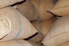Reissack, Reissäcke im Speicher, Stapel von Reissäcken im Lager, Reissäcke für Hintergrund stockfotos