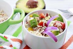 Reissalat mit Avocado Lizenzfreie Stockfotos