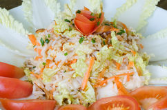 Reissalat mit napa Kohl und gebratenen Mandeln Stockfotografie