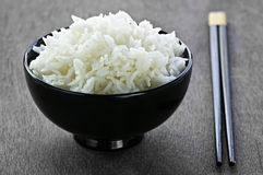 Reisschüssel mit Ess-Stäbchen Stockbild