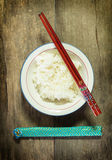Reisschale mit Essstäbchen, Draufsicht. Stockbild