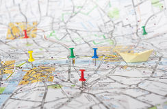 Reisspelden op de kaart van Londen Stock Foto