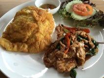 Reisspitze mit Aufruhrschweinefleisch und -basilikum Stockfotos