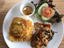 Reisspitze mit Aufruhrschweinefleisch und -basilikum Stockbilder