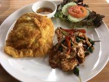 Reisspitze mit Aufruhrschweinefleisch und -basilikum Lizenzfreies Stockfoto