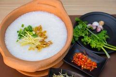 Reissuppe in den Tonwaren stockfotos
