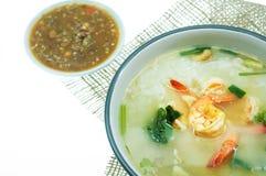 Reissuppe mit gebratenem Knoblauch und Garnele Stockbild