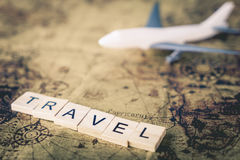Reistekst met vliegtuig op uitstekende kaart voor Reis de wereld royalty-vrije stock fotografie