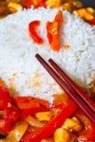 Reisteller mit Huhnsoße Stockfotos